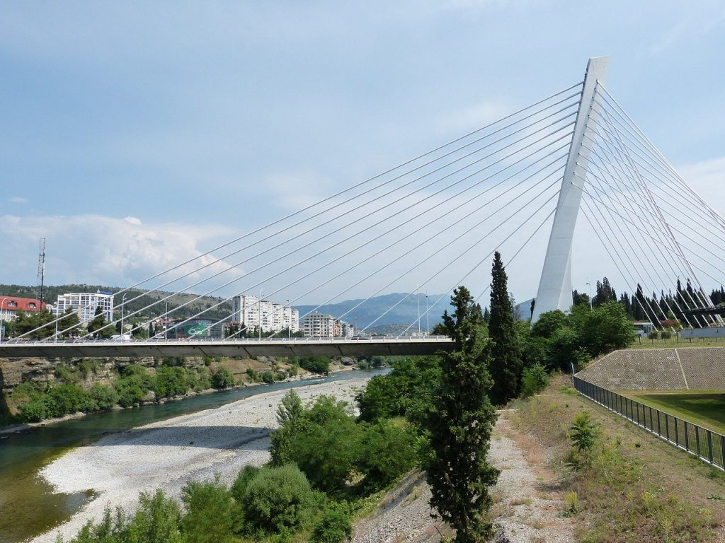 Une vue du pont suspendu à Podgorica en République de Monténégro