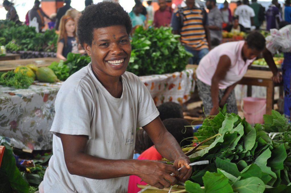vendeuse de feuilles vertes sur un marché de Port Vila