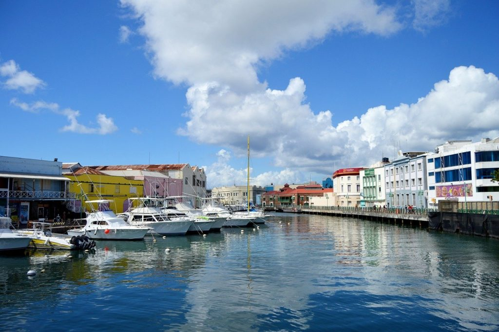 Paysage composé d'un plan d'eau, de bateaux et de bâtiments de Brigetown en Barbade