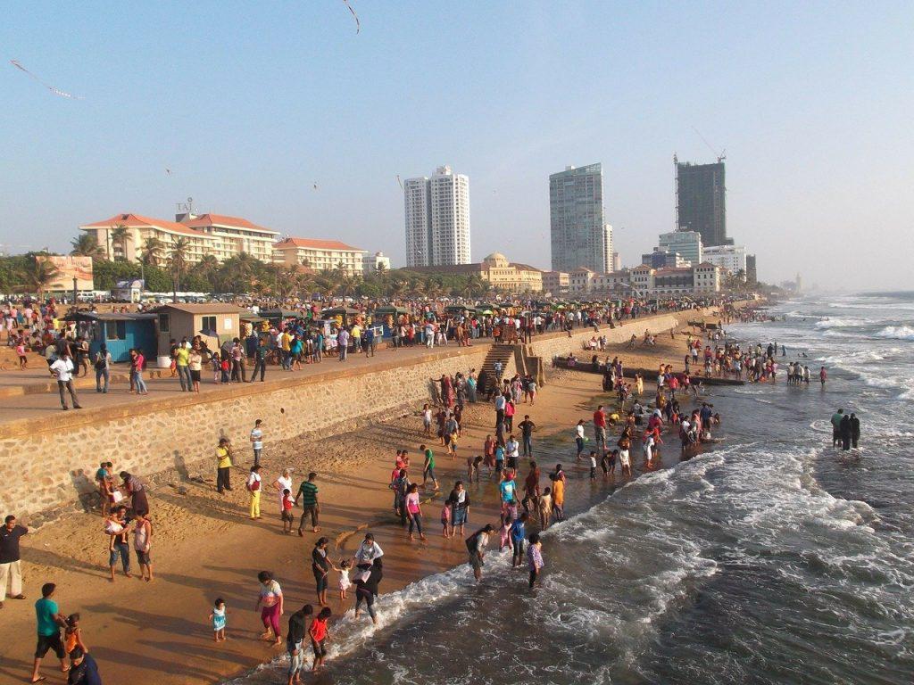 Population Colomboise en pleine plage au coeur  de Colombo, capitale du Sri Lanka