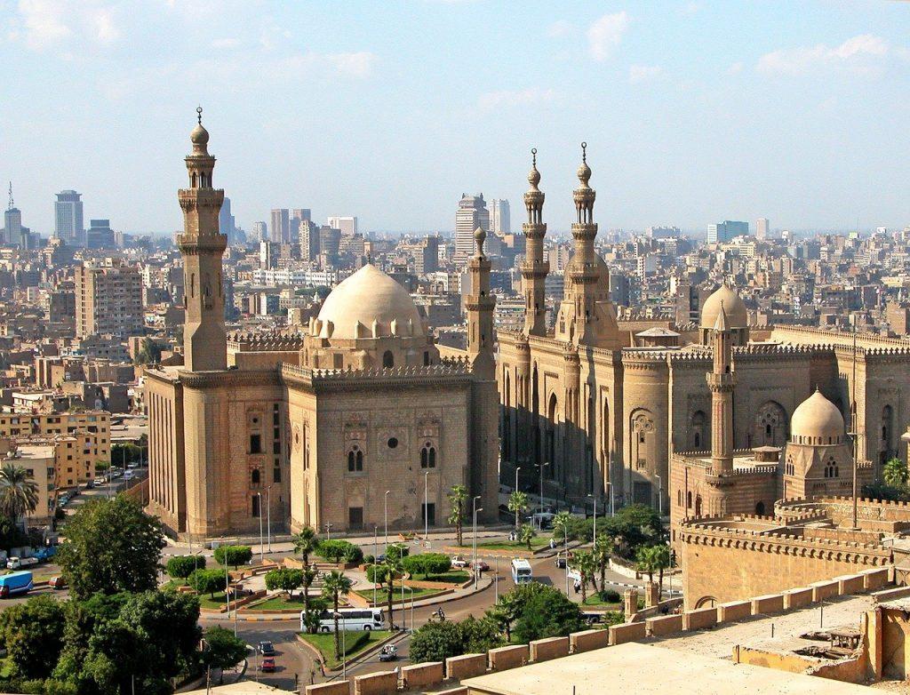 Vue panoramique du Caire avec une mosquée au premier plan