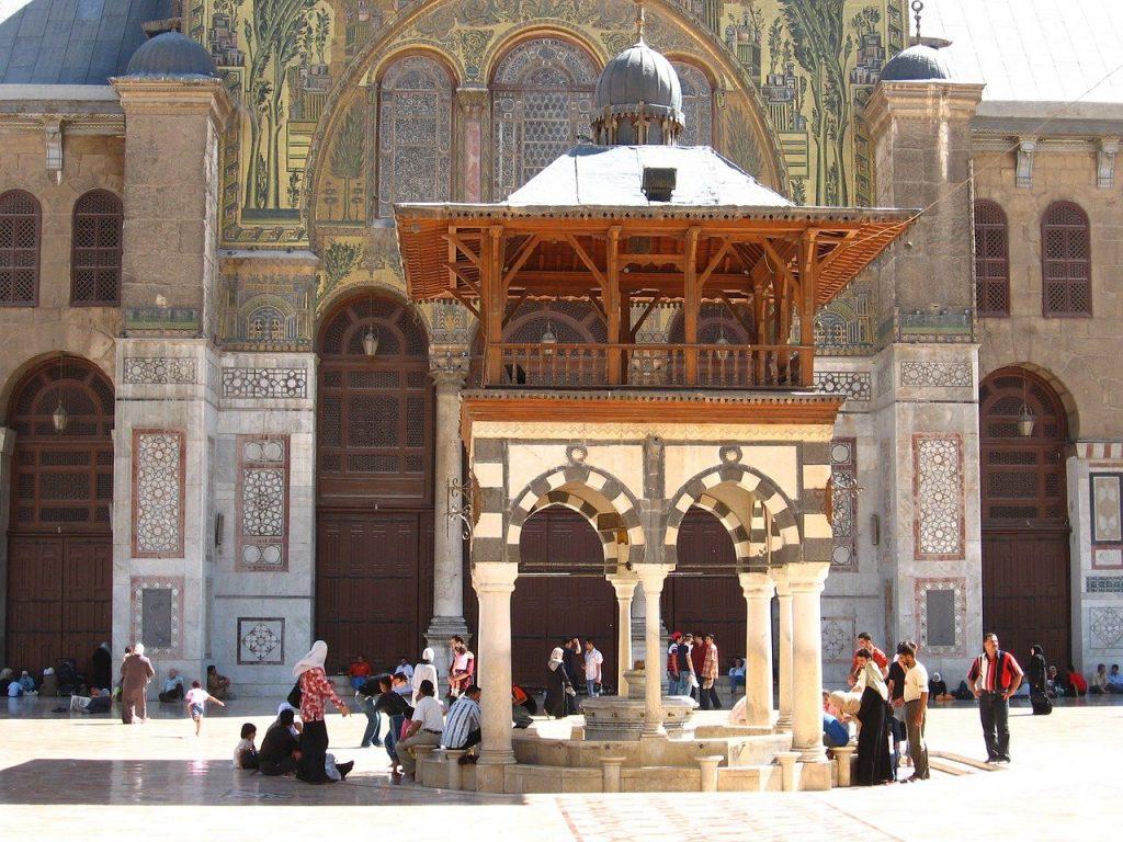 Plusieurs fidèles musulmans au sein d'une mosquée à Damas