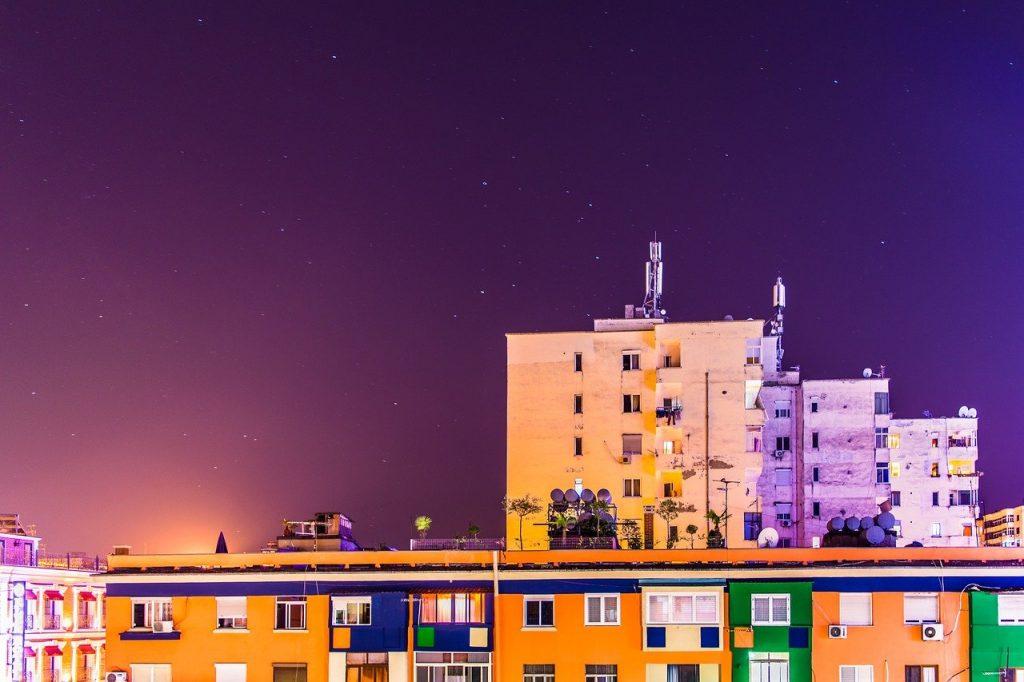 Une vue de nuit de bâtiments à TiranaTirana