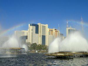 Des immeubles en bordure d'eau à Brasilia au Brésil